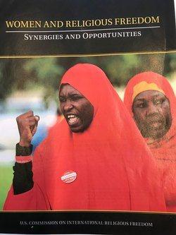 Rapport om kvinners trosfrihet, med et bilde av kjempende kvinner. Omtalt i intervju med Nazila Ghanea i magasinet til Stefanusalliansen.
