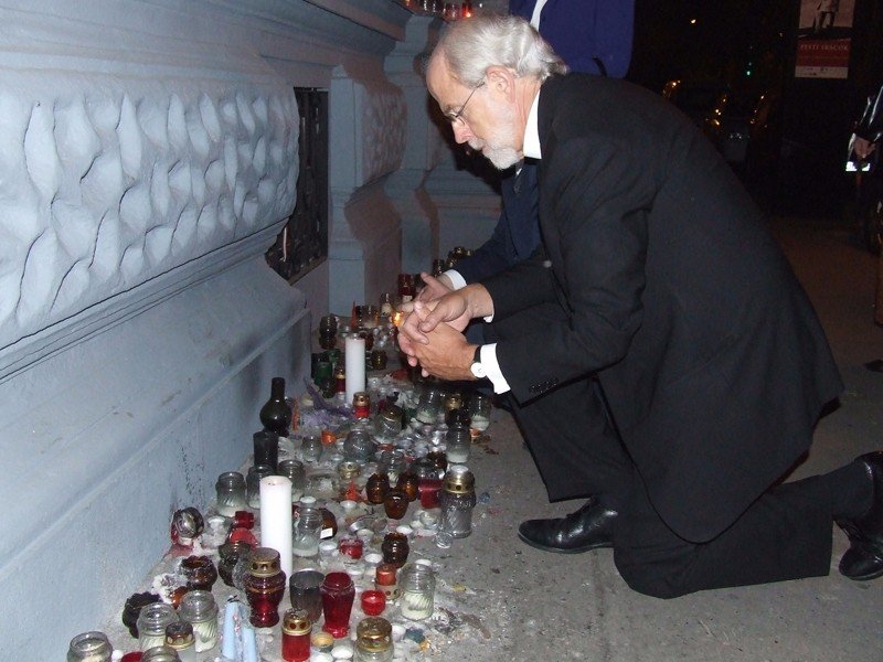 Mark S. Hansson ber ved et minnested med lys i Terrorens Hus i Budapest i Ungarn. Avbildet i magasinet til Stefanusalliansen.