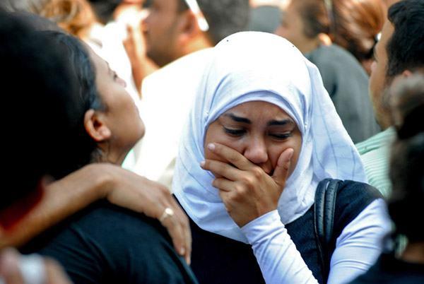 En muslimsk jente kommer for å trøste en kristen venn som har mistet broren sin i nattens brutale angrep. Stefanusalliansen har arbeid i Egypt. (Foto: Lilian Wagdy/ Creative Commons)