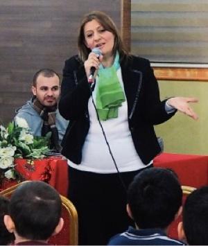 Mama Maryam samler barn til julefest, støttet av Stefanusalliansen.