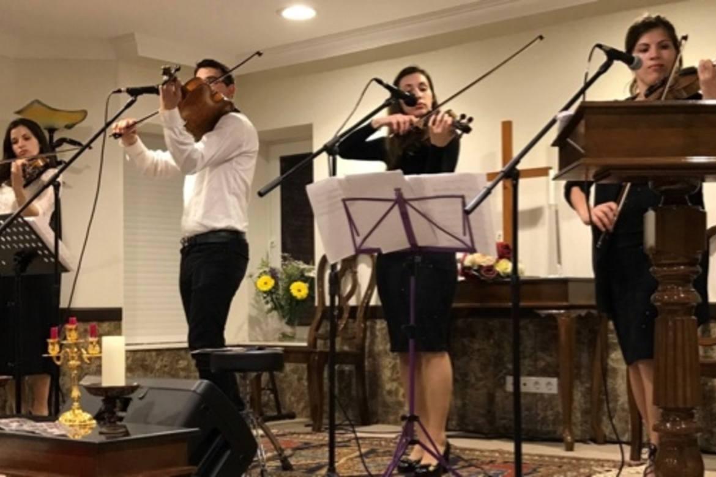 En musikkgruppe fra Moldova spilte da den nye kirken i Antalya ble åpnet.