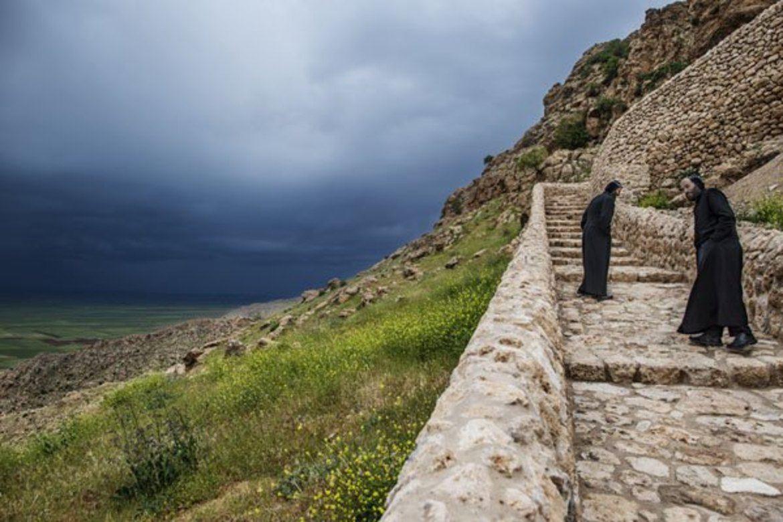 To munker viser vei  opp til Mor Egvinklosteret. Utsikt over Tur Abdin.