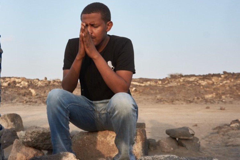 En av studentene ved universitetet i Semera i bønn i steinkirken utenfor byen. (Foto: Ingvar A. Isene)