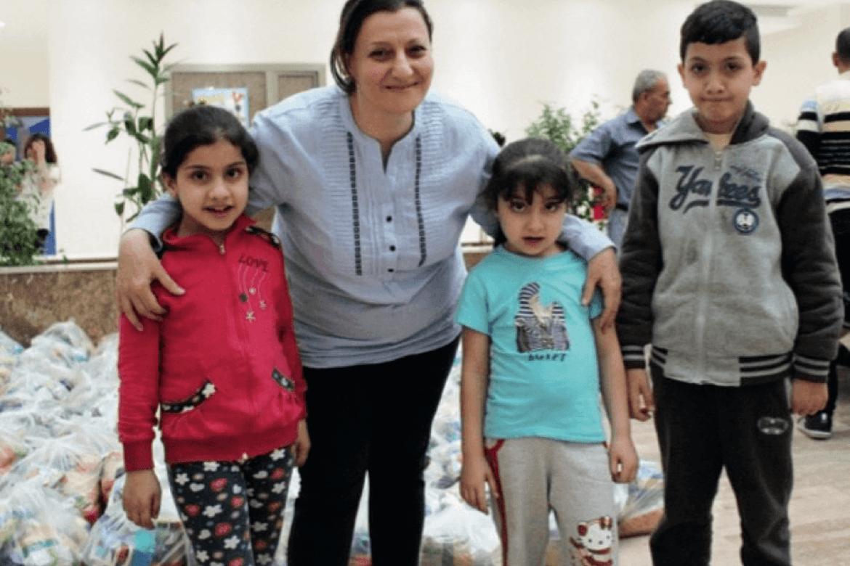 Disse kristne barna er blitt fordrevet fra sine hjem av IS. Maryam hjelper dem med mat, klær og andre livsnødvendigheter. Foto: Birgit Solbakken