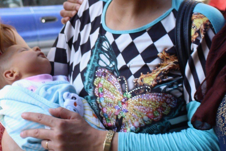 Lille Ayanda på mors fang som flyktninger i Beirut i Libanon.