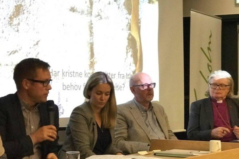Bildet er fra paneldebatten under lanseringen, fra venstre: politisk rådgiver Aksel Jakobsen i KrF, advokat Ragnhild Nakling hos Wiersholm, kommunikasjonssjef Bjørn Lyster fra UNE og biskop em. Tor B. Jørgensen.