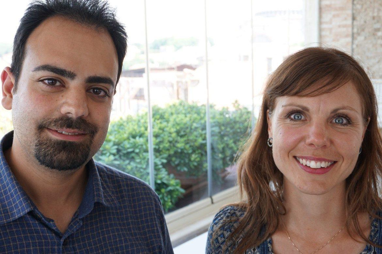Mostafa Bordbar takker for støtten fra Stefanusalliansens appellvenner og Lisa Winther (t.h.)
