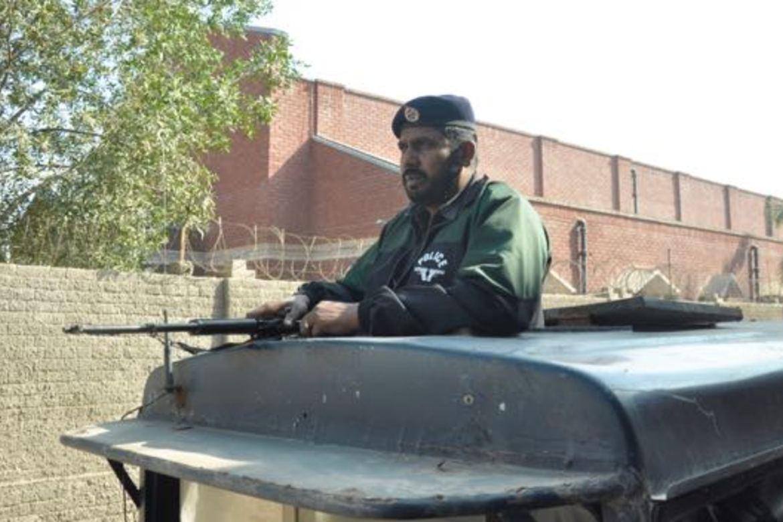 Politi vokter kirker i Youhanabad i Lahore søndager og i høytider.