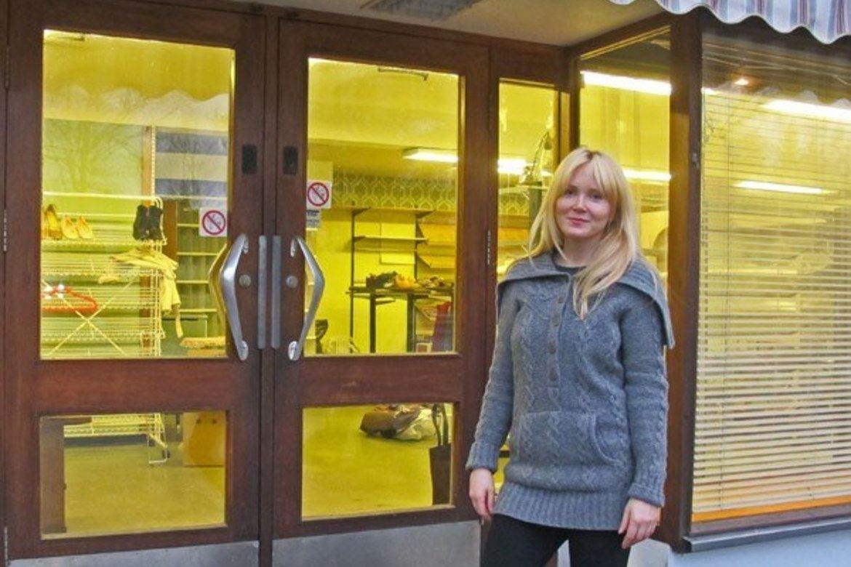 Initiativtaker Toralill Sjaavaag utenfor Brukt & Bra i Veggli i Numedal.