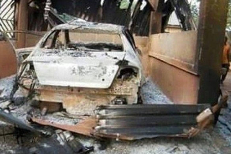 Bil som ble ødelagt av Fulani-voldsmenn.