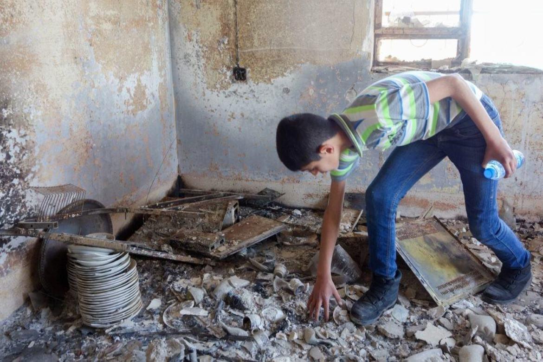 12-åringen Noeh tilbake i sitt ødelagte hjem.