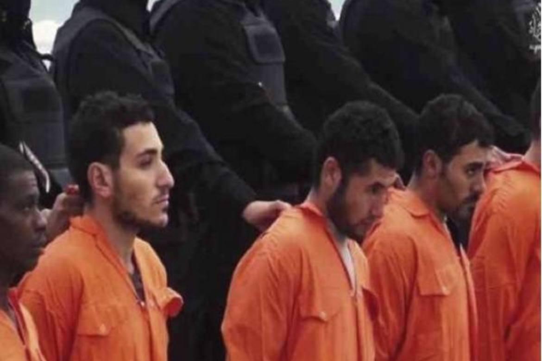 Stillbilde fra videoen som ble publisert via Twitter. Her kneler de 21 kopterne på stranden før de blir brutalt henrettet.
