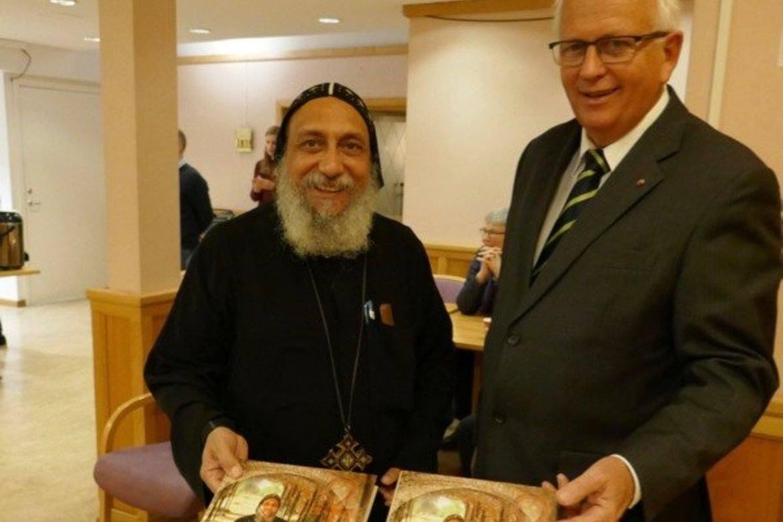 Eyvind Skeie og biskop Thomas under lanseringen av boken «I kjærlighetens sirkel» oktober 2017. (Foto: Johannes Morken)