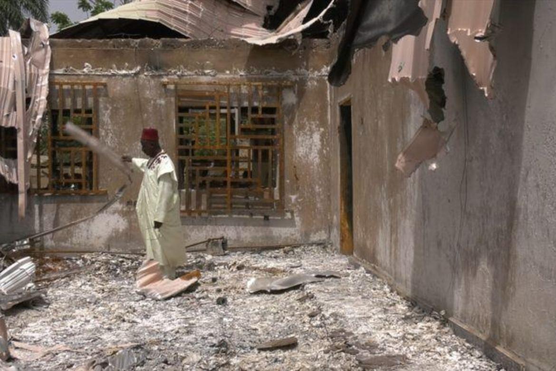 En landsbyleder i sitt ødelagte hjem i en landsby i sørlige Kaduna, etter et angrep av Fulani-gjetere.