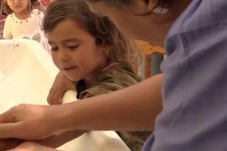 Mama Maggie gir barn verdighet. Simone fikk nye sandaler til å gå med blant spisse gjenstander i Kairos 'søppelby'.
