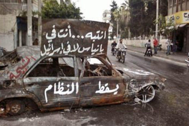 En utbrent bil vitner om harde gatekamper i den syriske byen Banias. Foto: CC BY-SA 3.0