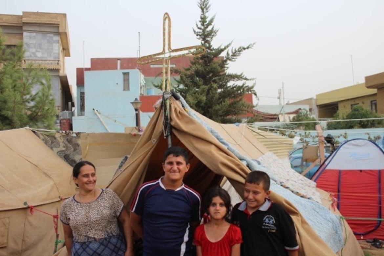 Kristne i Irak: De flyktet fra sine hjem på Ninive-sletta da IS kom. I flyktningleiren satte de kors på telt-taket for å vise sin tro.