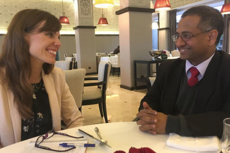 FNs spesialrapportør for trosfrihet, Ahmed Shaheed, er begeistret for den nordiske nettbaserte læringsplattformen for trosfrihet. Lisa Winther (t.v.) har vært med på å lage den.