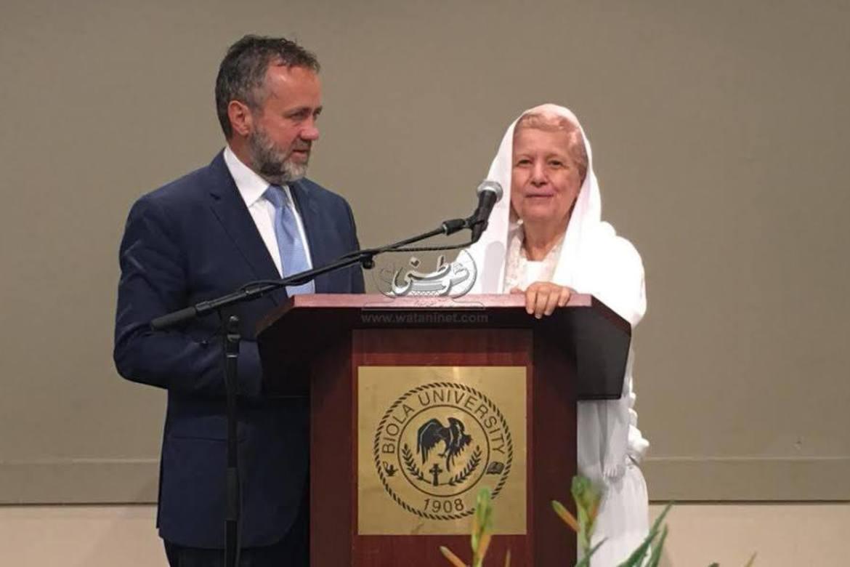 Biola-president Barry Corey og mama Maggie under prisoverrekkinga.