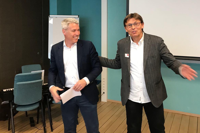 Ed Brown (t.v.) blei presentert for representantskapet av styreleiar Gunnar Dehli. Brown startar som generalsekretær 1. august.