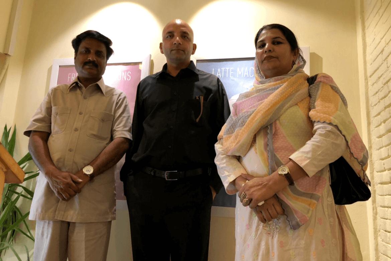 T.v. Anjum Naz Sandhu (62) som nylig ble frikjent for blasfemi i pakistansk høyesterett etter rettshjelp fra Stefanusalliansens partner Human Friends Organization, ledet av Sajid Christopher Paul (i midten). Til høyre Sandhus kone Romila.