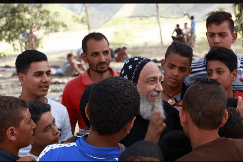 Biskop Thomas sammen med unge koptiske gutter på utdanningssenteret Anastasia.