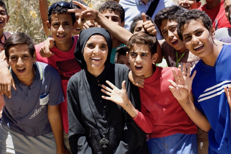 Søster Thedora og en gruppe gutter som på Anafora har fått en ny sjanse til skolegang etter at familiens fattigdom tvang dem til å droppe ut av skolen.