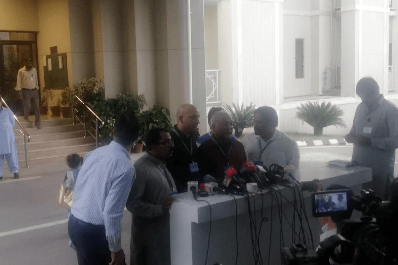 Sajid Christopher Paul, her midt på bildet, møter pressen etter høyesteretts behandling av ankesaken mot Asia Bibi 8. oktober.
