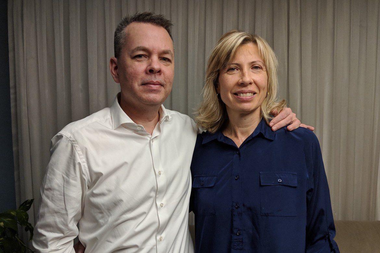 Andrew Brunson og kona Norine Brunson gleder seg over at han er satt fri.