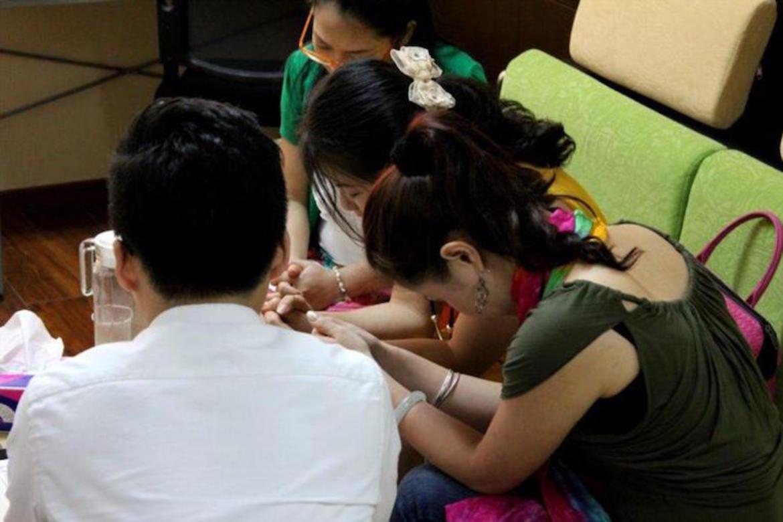 Bøn i Beijing. Barn og unge har ikkje lov å vera med på dette i gudshus.