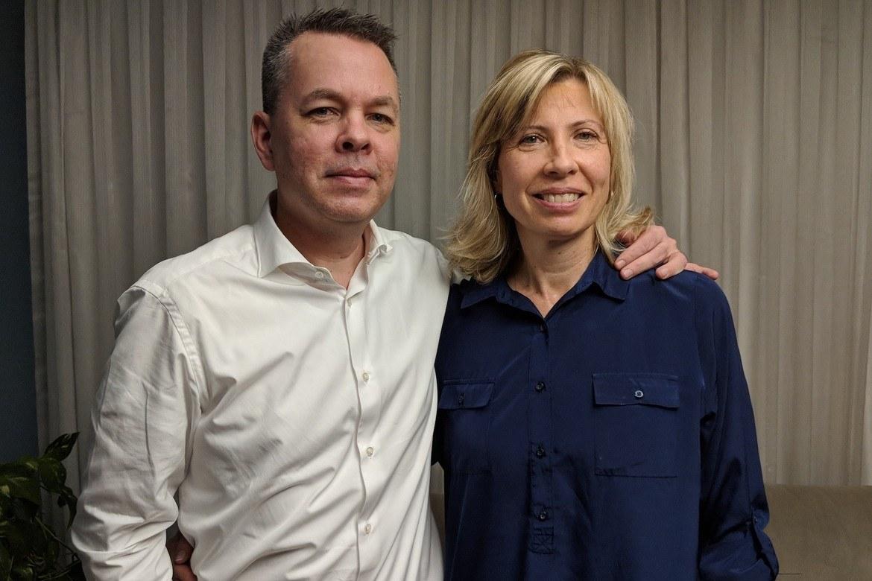 Andrew og Norine Brunson har leia Resurrection Church i Izmir i Tyrkia sidan 1993. Her er dei i heimen sin like før dei sette seg på flyet til USA 12. oktober, kanskje for alltid.