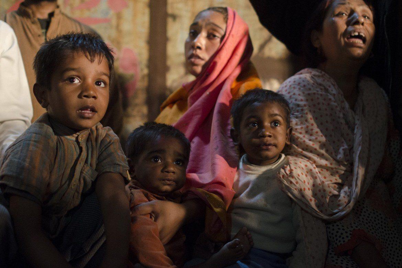 Forskremte mennesker etter nedbrenningen av Jospeh Colony i Lahore i 2013.