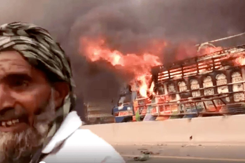 Demonstrasjonane held fram i Pakistan. Bilar blir brende og gater sperra.