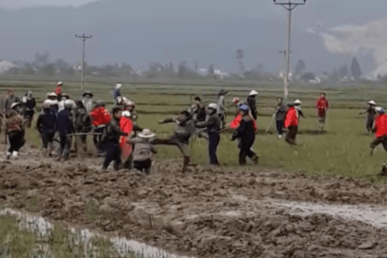 En bande beskyttet av politiet presser kristne ut av deres jordlapper et sted på det sentrale høylandet i Vietnam. Bildet er fra en video på YouTube.