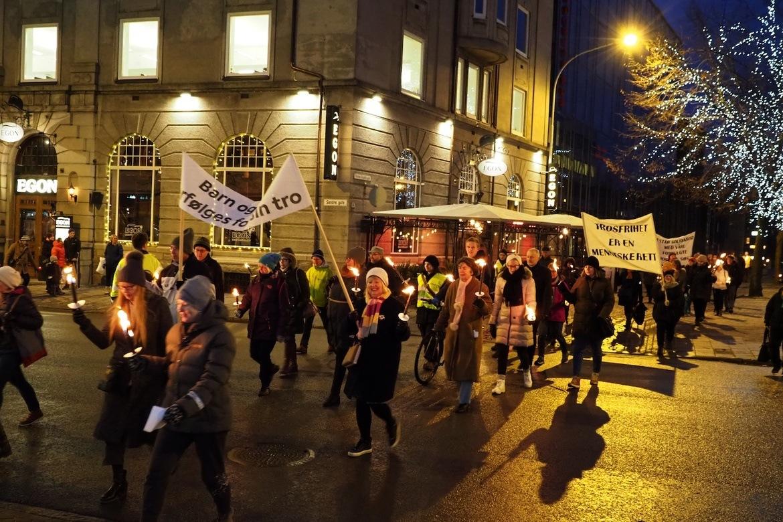 Mellom 100 og 150 mennesker gikk i fakkeltog for forfulgte i Trondheim 24. november.