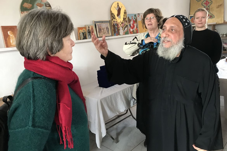 Biskop Thomas viser frem verkstedet for ikonmalere for Helga Haugland Byfuglien. Bak står biskop Ingeborg Midttømme (t.v.) og Hilde Skaar Vollebæk fra Stefanusalliansen.