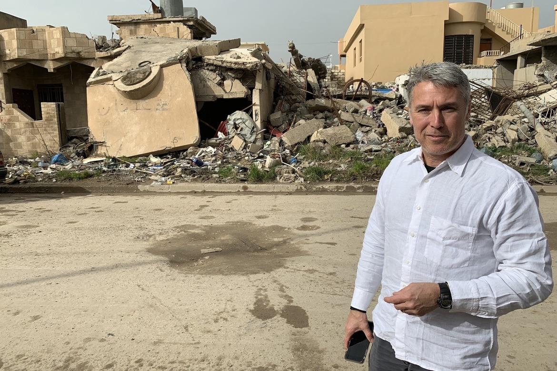Ed Brown foran ruiner i den kristne byen Karakosh på Ninive-sletta, tre mil fra storbyen Mosul.