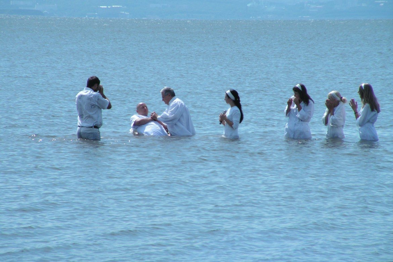 Baptistar og pinsevener vert hardast ramma av anti-misjonslova. Biletet viser ein dåp i Vladivostok i 2006.