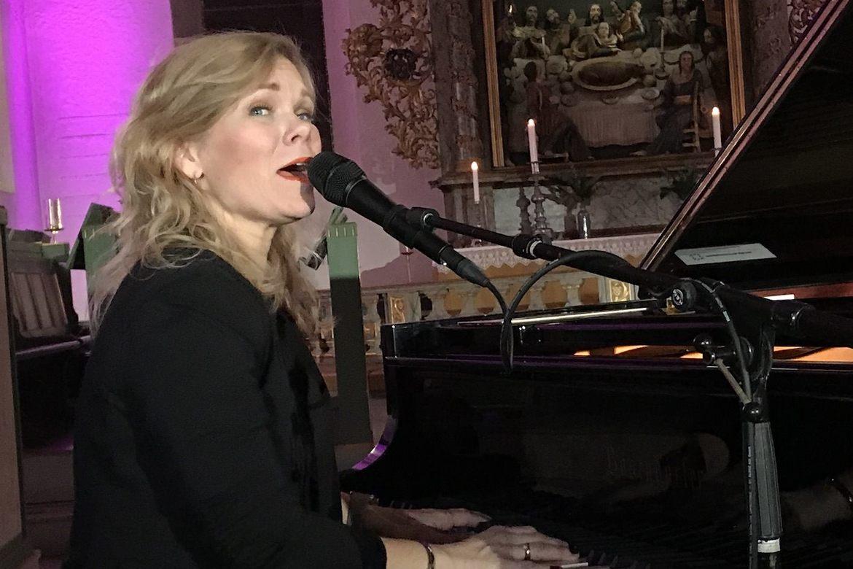 Kristin Minde synger i Oslo domkirke før fakkeltoget for trosfrihet i 2019. Foto: Johannes Morken