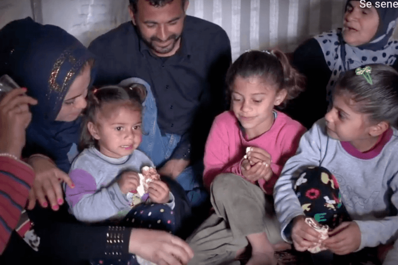 Meraths frivillige deler ut hygienepakker til de fattigste i Libanon.