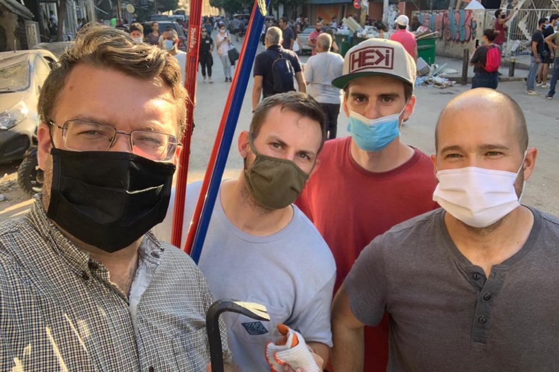 Kristne i Libanon: Eit hjelpeteam fra Resurrection Church Beirut i full gang med å hjelpa folk tilbake i skadde husvære.