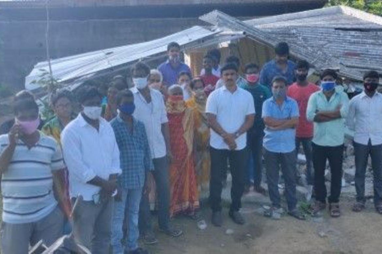 Medlemmer av Grace Prayer House foran kirken som ble revet av hindunasjonalister.