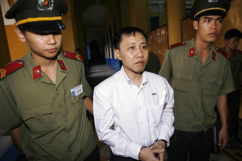 Nguyen Bac Truyen føres inn i rettssalen i 2007 da han første gang ble dømt,  til 3,5 års fengsel.