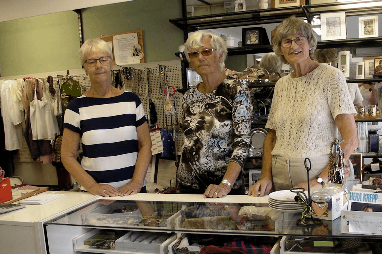 Bjørg Augunsrud, Marit Lobben og Gunvor Haug er tre av dei som har stått på i Brukt & Bra.