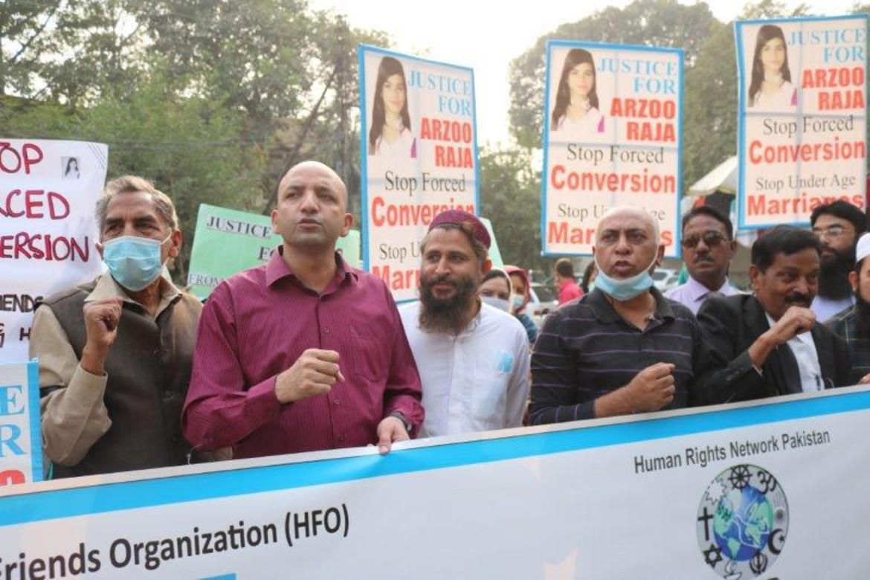 Kristne i Pakistan: Sajid Christopher leder demonstrasjon i Lahore mot tvangsekteskapet og tvangskonverteringen som Arzoo Raja (13) er utsatt for.