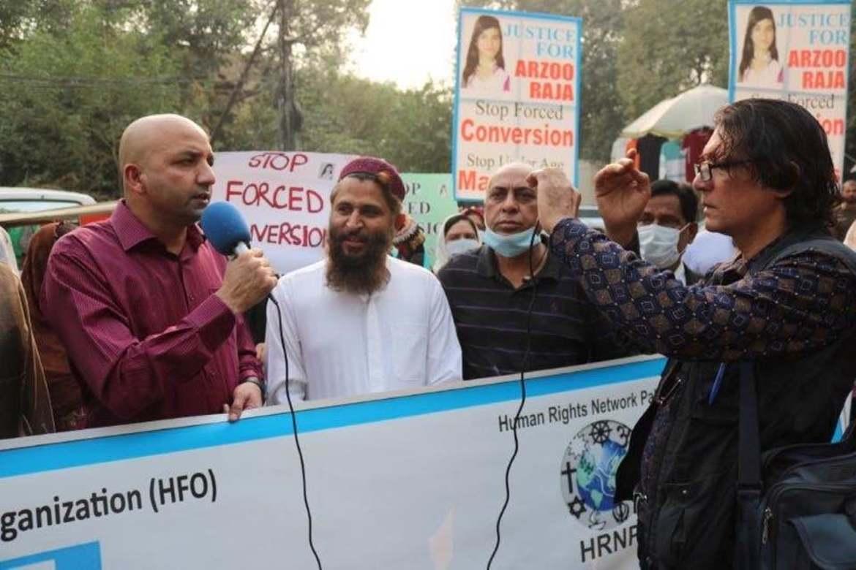 Sajid Christopher leder demonstrasjonen i Lahore mot at en muslimsk mann fikk bortføre Arzoo (13) og ha henne som kone. Nå er jenta hentet ut av mannens hjem og satt i et tilfluktshjem.