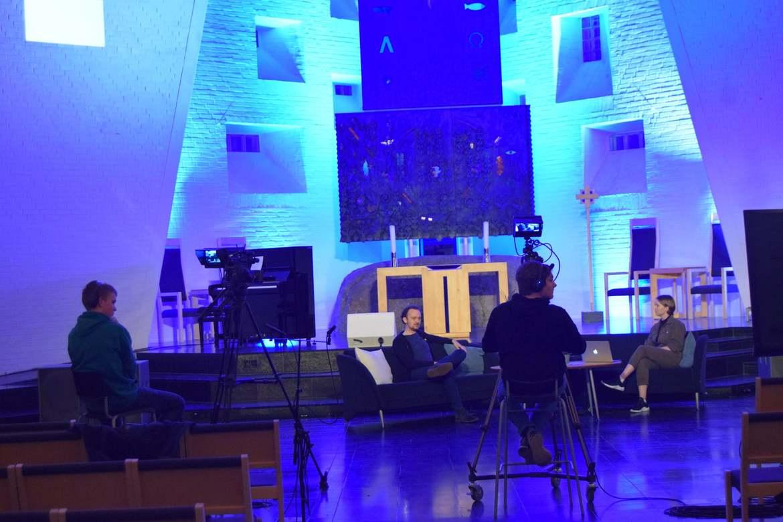 Ungdommene i Nærbø kirke stilte med ung kraft og digital kompetanse.