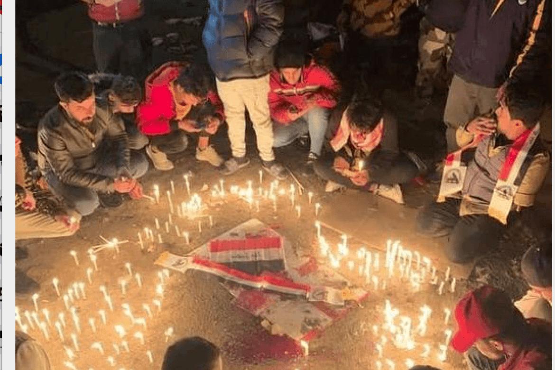 Unge irakere tenner lys på gaten der minst 32 ble drept i Bagdad.
