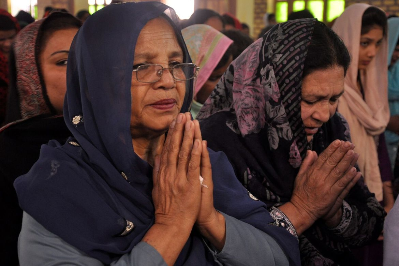 Kvinne som ber i pakistansk kirke