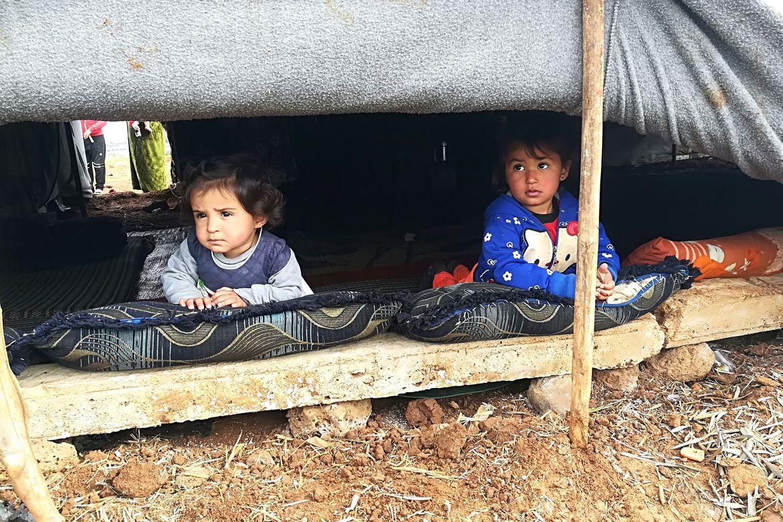 Fader Nicolas deler ut hygienesett til en famile som er drevet på flukt under borgerkrigen i Syria.
